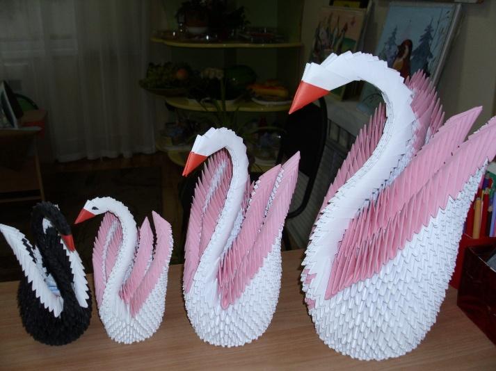 4 лебедя - один черный и 3 белых разной высоты